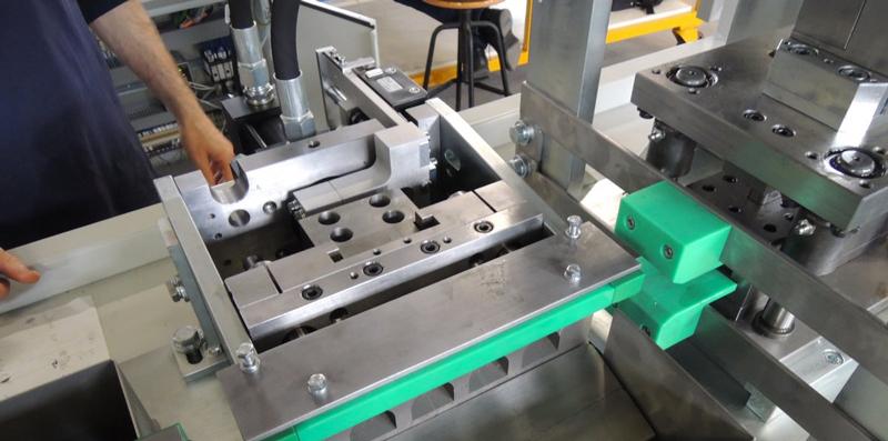 Punzonadora hidráulica para paneles y perfiles en línea de extrusión.
