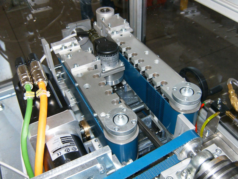 Detalle de la cortadora rotativa de tubos plásticos de Tecno System.